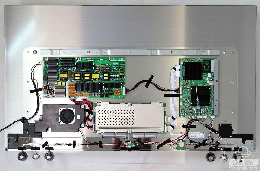 评测前言   创维尊享版OLED有机电视S9300系列,采用4色4K自发光体作为显示核心,搭载JBL全音域音响组合,顶配画质+专业音响为用户带来高端影音感受。同时,配置1.8GHz主频的4核 Cortex A17 CPU,搭配4核T760 GPU,配置堪称目前顶级,各项功能也齐全。自发布之日起,这款电视就吸引了不少消费者的目光,让对OLED电视有所期待的用户蠢蠢欲动。       我们天极网家电频道此前已经对55吋的创维55S9300进行过首测,而今天我们要做的是拆解!让我们来拆开这款电视,看