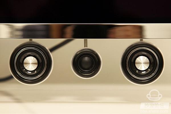 创维OLED电视是2015年创维发布的高端智能电视系列产品,凭借4色4K自发光体、JBL全音域音响组合,成为用户大力追捧的智能电视。那么,创维55S9300电视怎么样呢?好在哪里呢?小编进行创维55S9300拆解评测,进行OLED电视硬配解析介绍!   创维尊享版OLED有机电视S9300系列,采用4色4K自发光体作为显示核心,搭载JBL全音域音响组合,顶配画质+专业音响为用户带来高端影音感受。同时,配置1.
