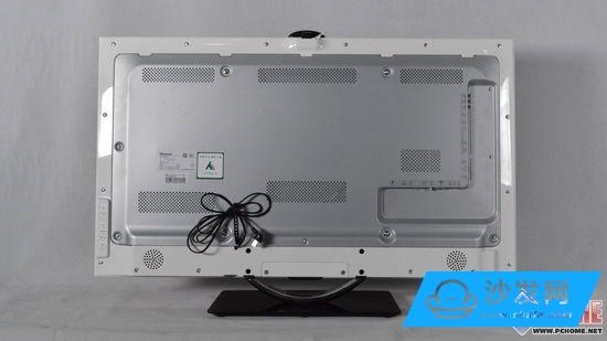 海信LED46K660X3D智能電視背部構造 海信LED46K660X3D智能電視的背部使用了金屬背闆能夠得到更好的散熱效果,此外,在背闆上分布了六處散熱口,為機體散熱上了雙保險。此外,電視控制面闆在電視背部的左邊;端口區域則在電視背部的右邊。還有就是底邊處設有兩個音箱。