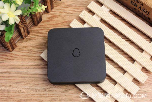纯黑色圆润边角的正方形,盒子正面有一个企鹅logo,外形可爱.